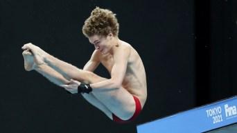 Un plongeur en plein saut