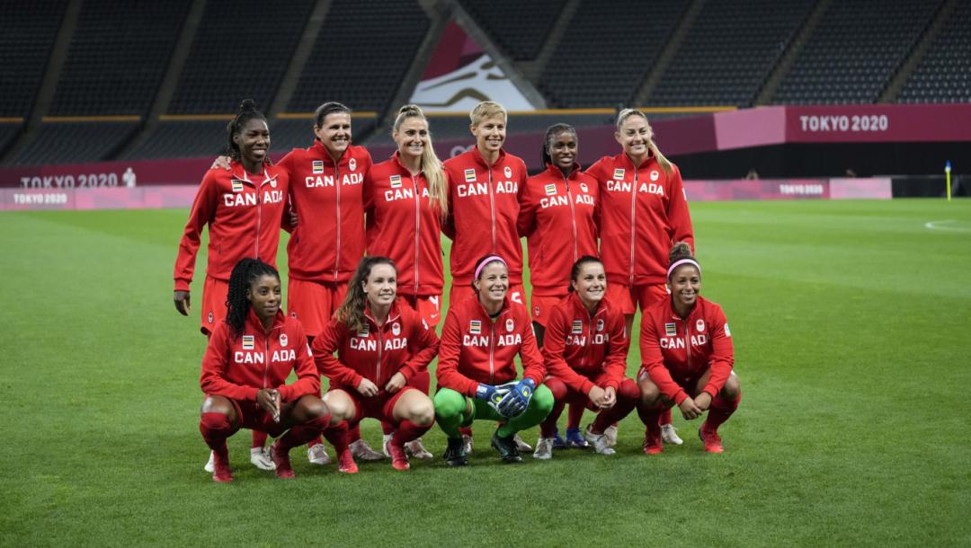 L'équipe canadienne de soccer féminin pose devant la caméra