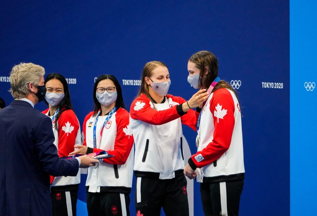 Les nageuse canadiennes reçoivent leur médaille d'argent sur le podium à Tokyo 2020.