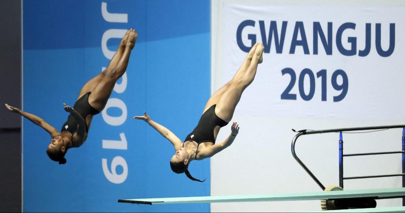 Deux athlètes plongent en synchronisme