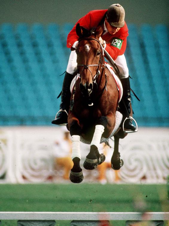Un athlète sur son cheval en plein saut