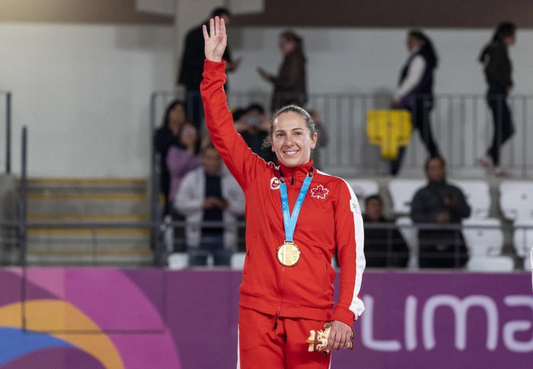 Une gymnaste salue la foule sur le podium
