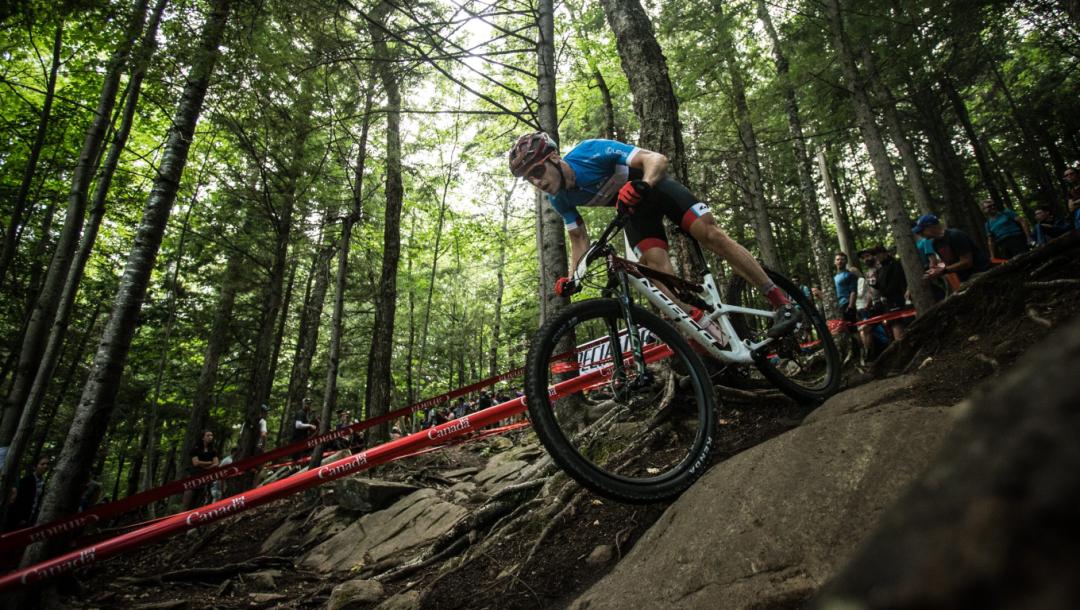 Un cycliste descend une montagne à vélo