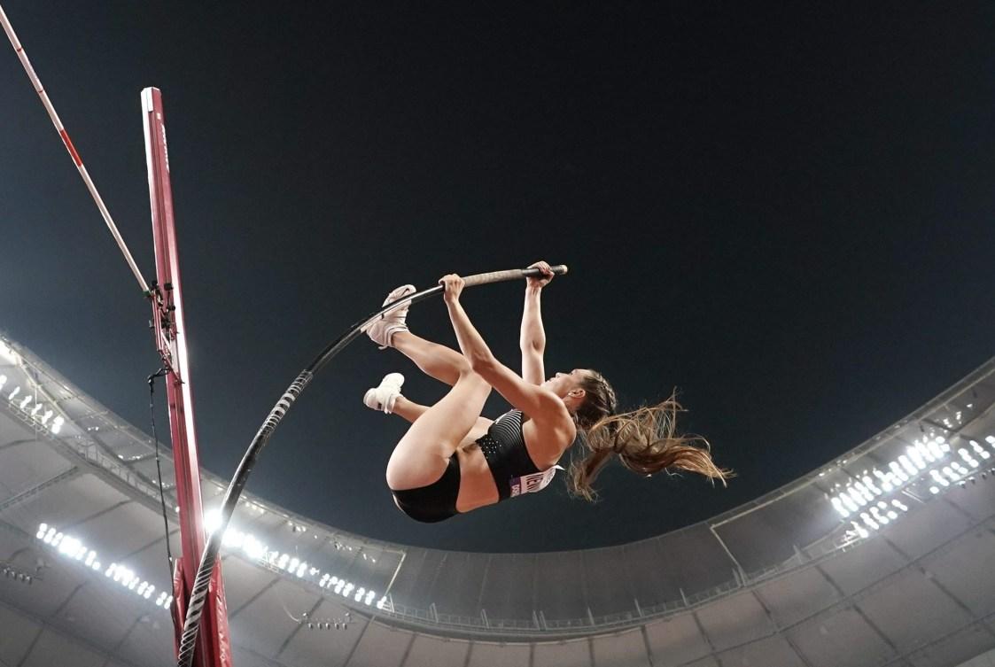 Une athlète effectue un saut à la perche