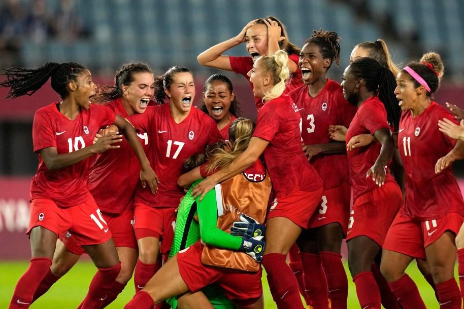 L'équipe Canadienne féminine de Soccer célèbre sa victoire contre le Brésil