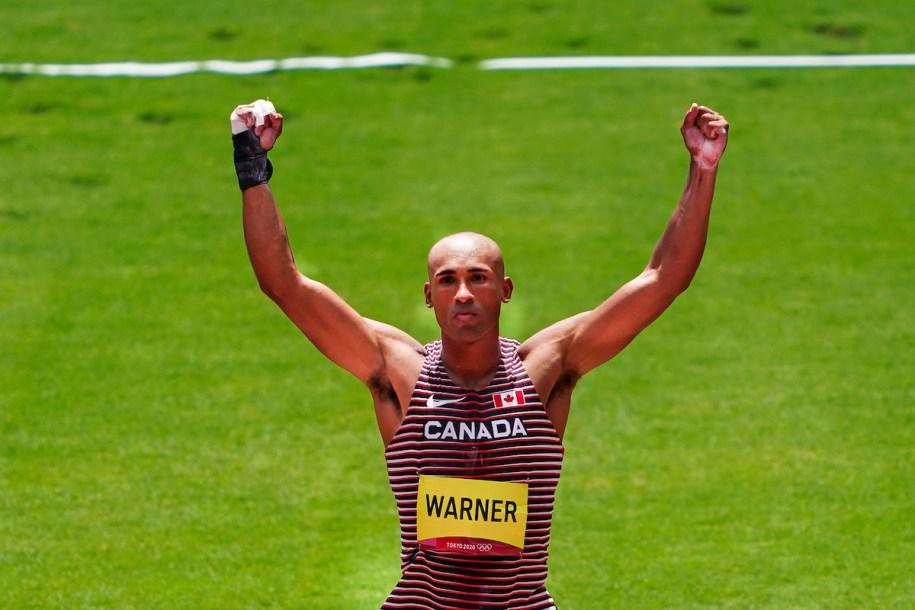 Damian Warner, bras dans les airs en signe de célébration