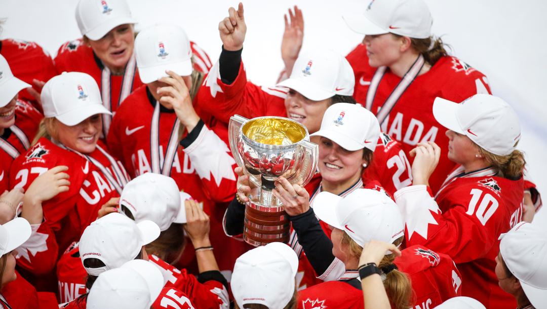 L'équipe féminine de hockey sur glace en pleine célébration