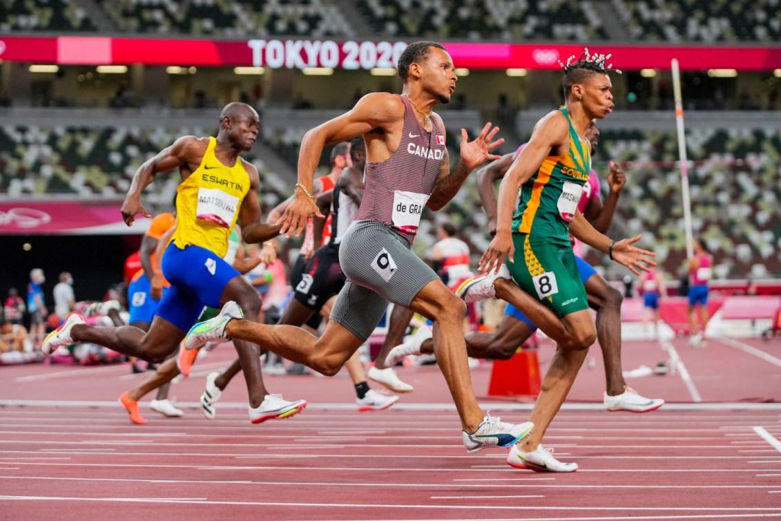 Des sprinteurs courent le 200 mètres à Tokyo 2020