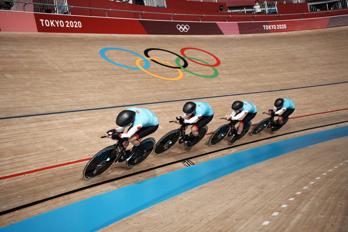 Quatre cyclistes en action sur la piste de Tokyo 2020