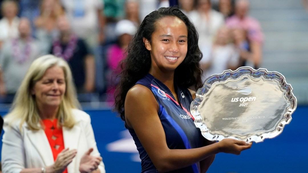 Une joueuse de tennis pose avec un trophée