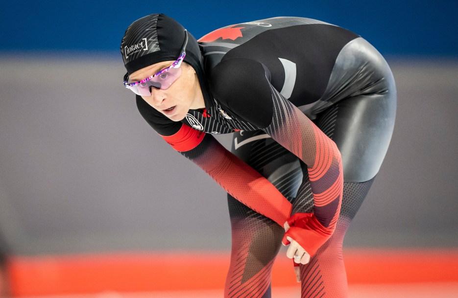 La patineuse Ivanie Blondin courbée les mains sur ses genoux après sa course.