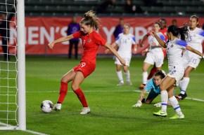 Une joueuse de soccer en action près du but