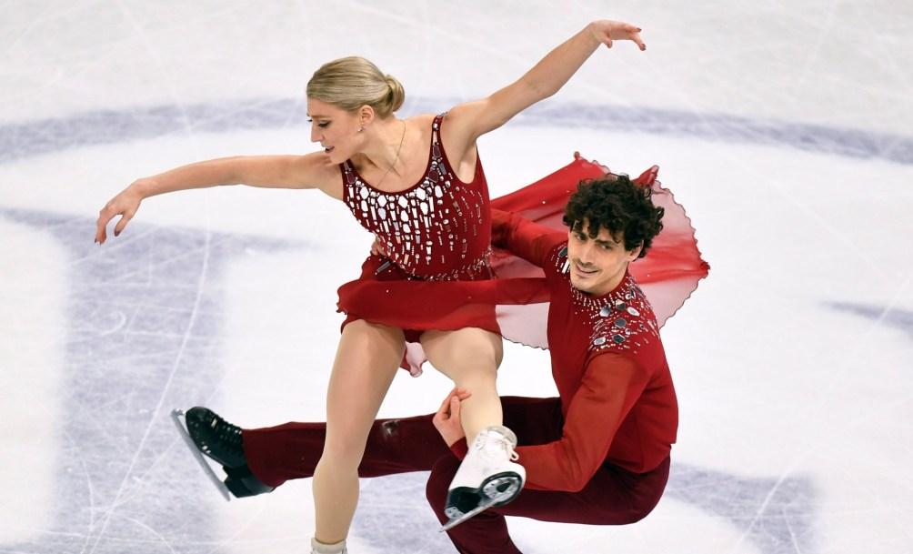 Piper Gilles et Paul Poirier du Canada en action aux championnats mondiaux de patinage artistique à Stockholm, Suède, Samedi le 27 mars 2021.