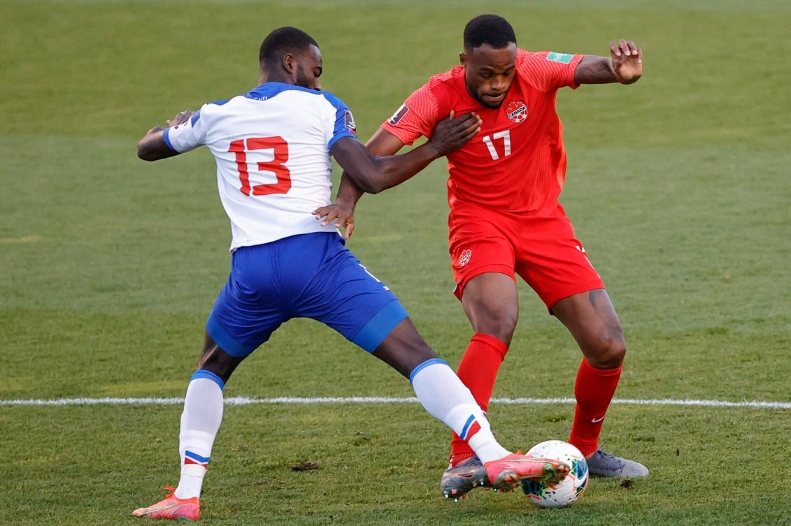 Deux joueurs de soccer se disputent le ballon.