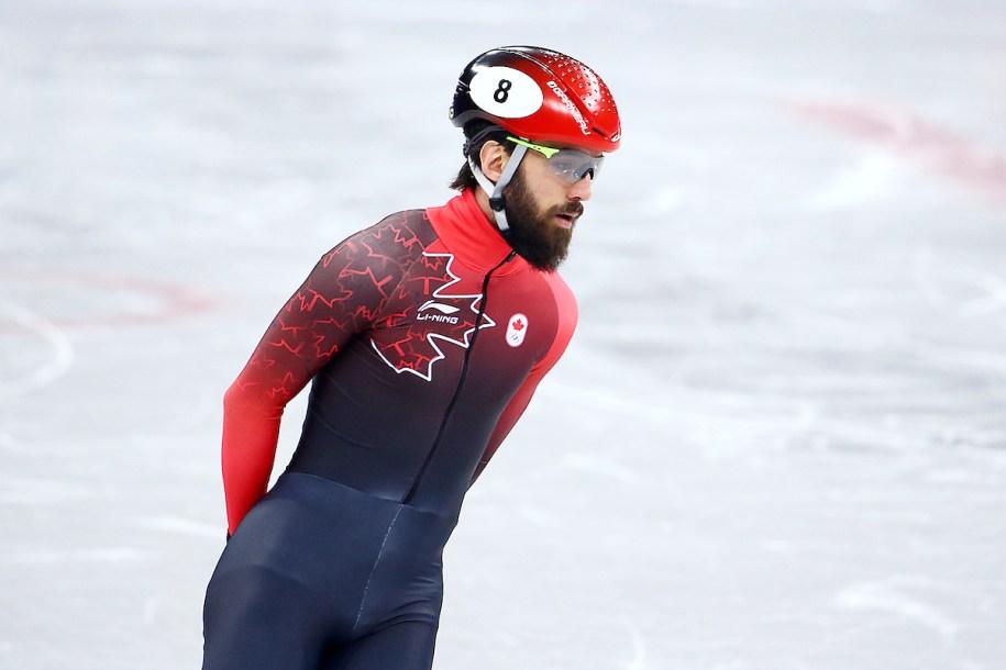 Le patineur Charles Hamelin debout sur la glace l'air détendu.