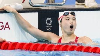 Une nageuse réagit avec surprise à son chrono