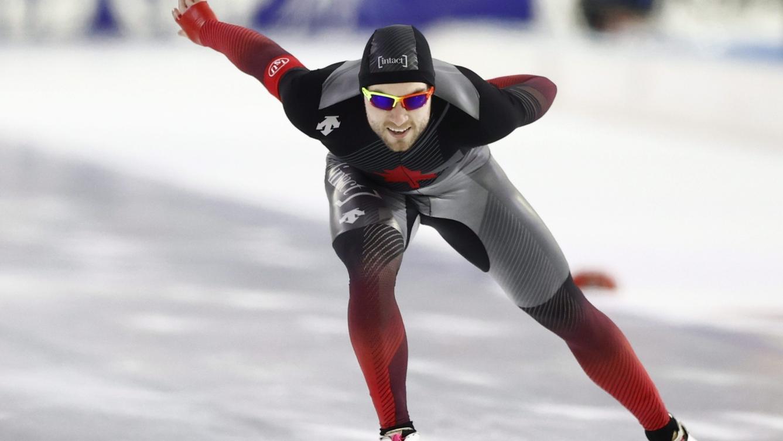 Un patineur de vitesse en action