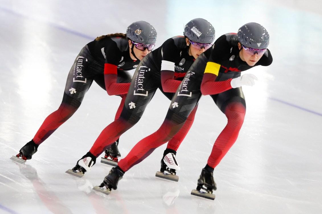 Trois patineuses de vitesse en action