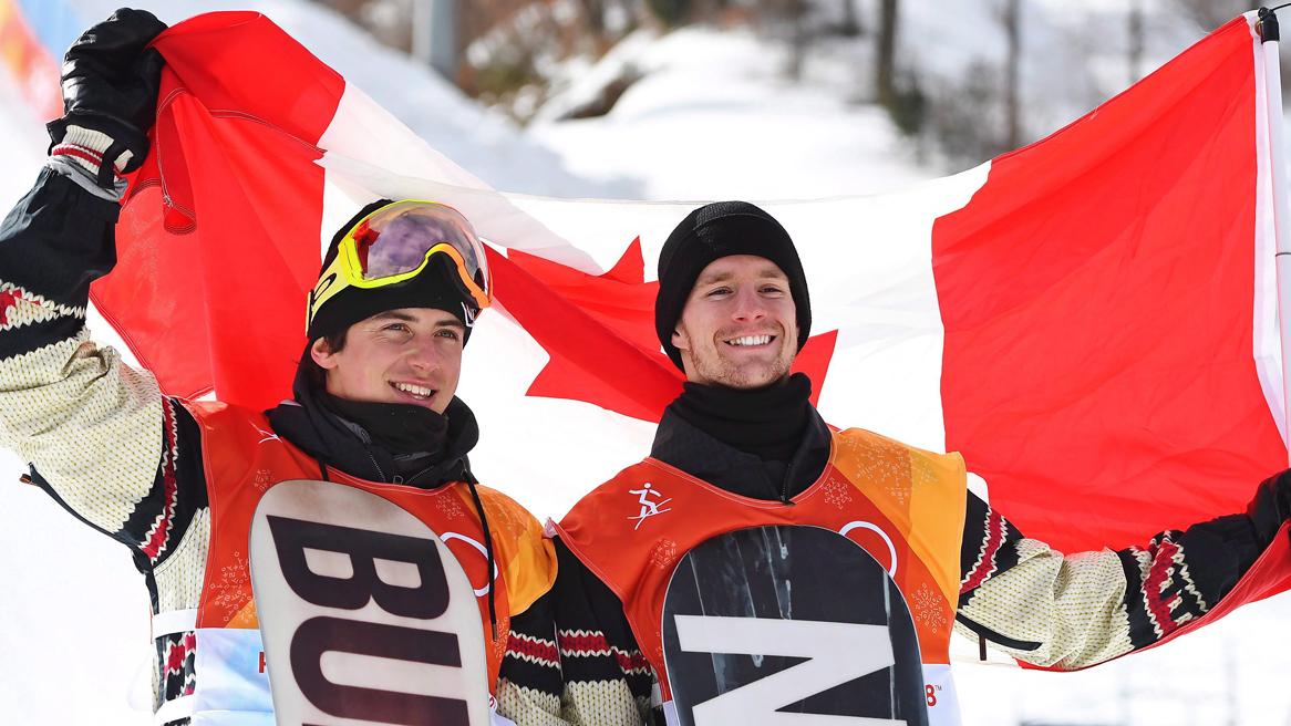 Deux athlète tiennent le drapeau du Canada
