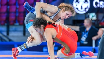 Deux lutteuses pendant un match.