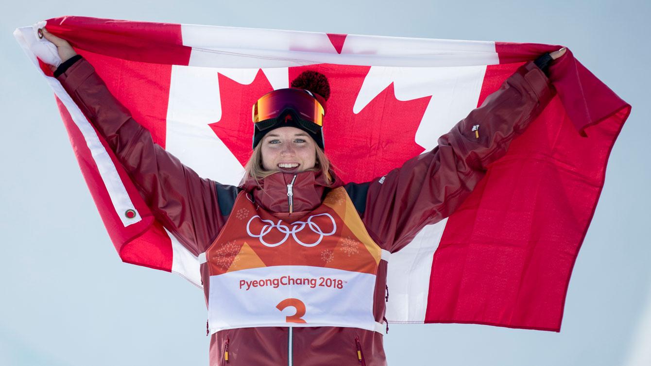 Une athlète canadienne célèbre avec le drapeau du pays