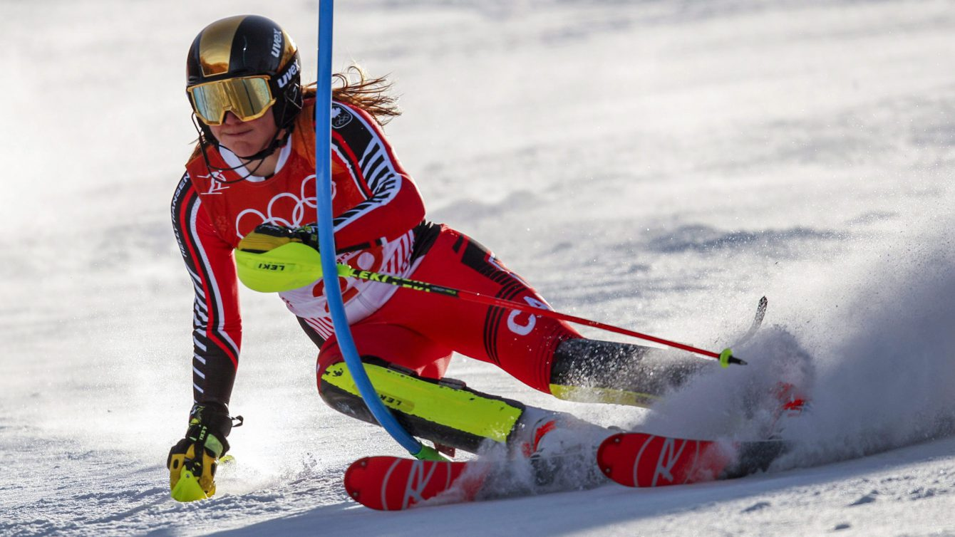 Une skieuse en descente