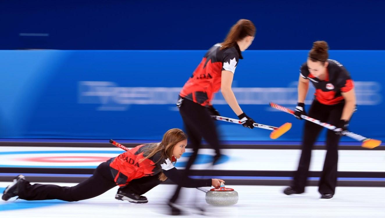 Des athlètes de curling en action